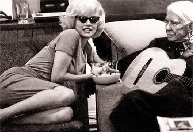 """Η Marilyn Monroe και ο βραβευμένος με Pulitzer ποιητής Carl Sandburg. Photo: Len Steckler, Νέα Υόρκη, Δεκέμβριος 1961.Φαντάζομαι το διάλογό τους: Marilyn (σαν ηρωίδα στο The Great Gatsby): «A phrase began to beat in my ears with a sort of heady excitement: """"There are only the pursued, the pursuing, the busy and the tired""""». Carl (σαν άλλος Catcher in the rye): «Don't ever tell anybody anything. If you do, you start missing everybody»."""